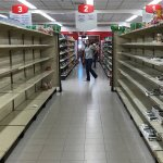 Largas filas regresan a supermercados de Venezuela tras reducción de precios