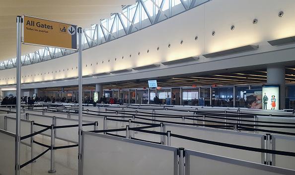 Intensa tormenta de nieve obliga cierres en aeropuertos de Nueva York