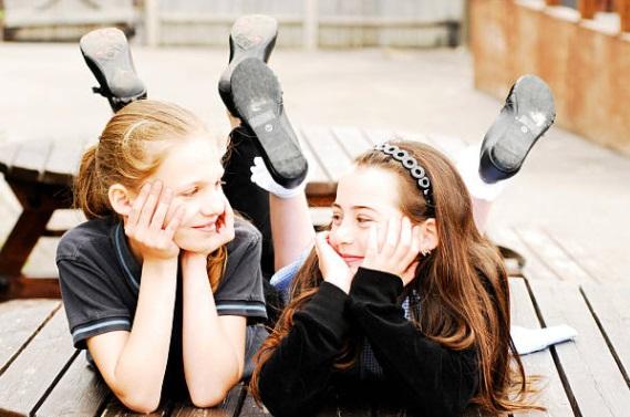 Escuela de Gales expulsará a alumnos que tengan novia o novio