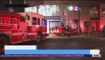 Automóvil se impacta contra negocio en Tlalpan, CDMX
