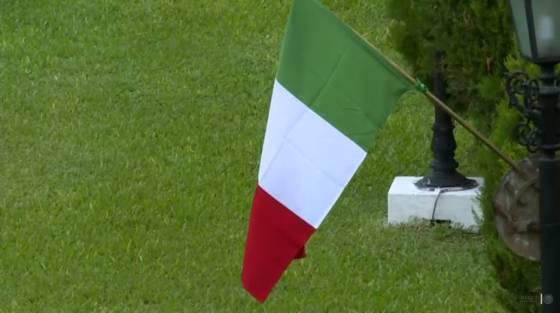 Paraguay dice que banderas sin escudo en jardines son decorativas