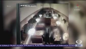 Captan modus operandi de pareja para robar bolsos en restaurante de Nuevo León