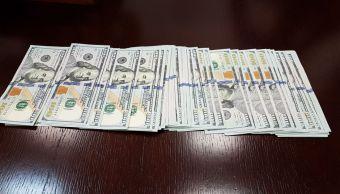 Encuentra 5 mil dólares y los entrega a la policía CDMX