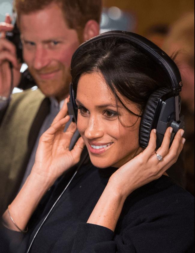 El príncipe Enrique y Meghan Markle visitan una estación de radio juvenil. (AP)