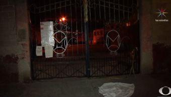 Encuentran a mujer muerta frente a iglesia en Nezahualcóyotl