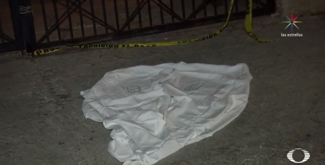 Hallan mujer muerta y semi desnuda frente a iglesia en Nezahualcóyotl