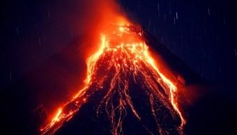 Volcán Filipinas emite ríos lava y columnas cenizas