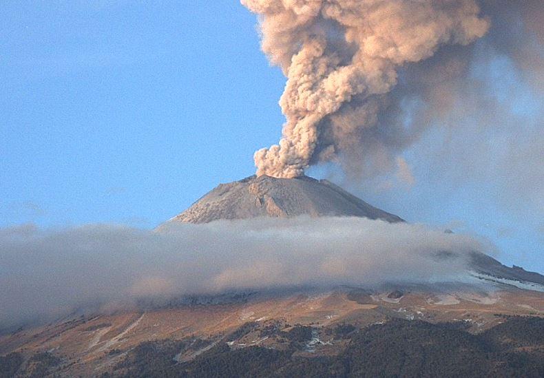 Exhalación del volcán Popocatépetl de 3 mil metros de altura