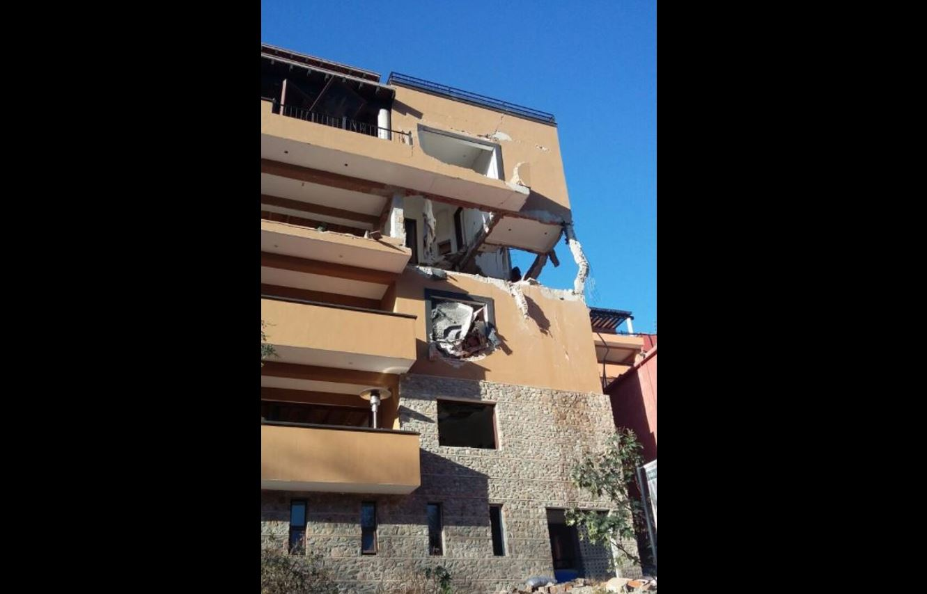Dos de los cuatros pisos del edificio ubicado en el fraccionamiento Capilla de Piedra se desplomaron