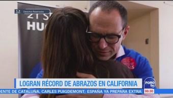 Extra Extra: Logran récord de abrazos en California