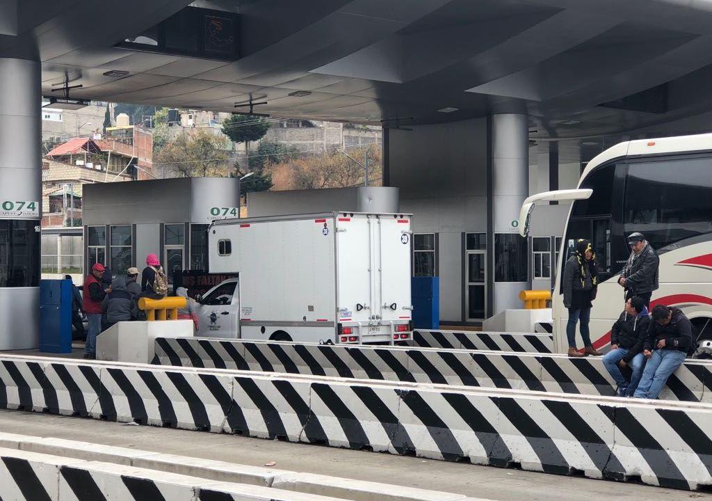 Familiares de los 43 normalistas desaparecidos bloquean la autopista México-Cuernavaca
