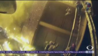 Hombre arroja a su hijo para salvarlo del fuego; bombero lo atrapa