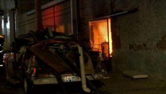 Incendio consume negocio que almacenaba material para reciclar en Jalisco. (Noticieros Televisa)