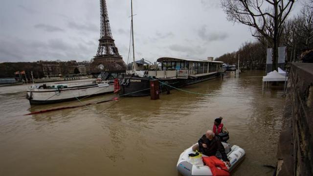 Inundaciones amenazan París cierran carreteras y túneles