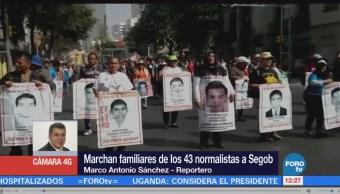 Marchan familiares de los 43 normalistas de Ayotzinapa rumbo a Segob