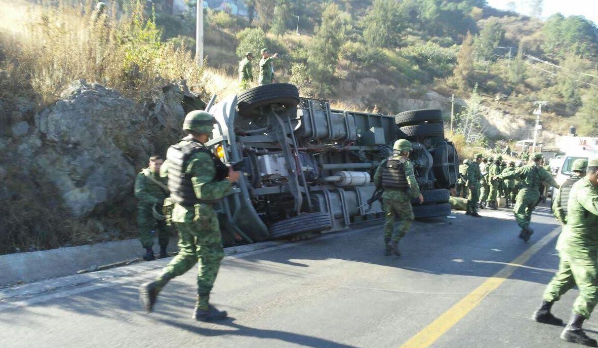 Muere un Militar al Volcar Camión de la Sedena