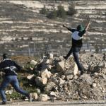 Palestinos lanzan piedras a policías israaelíes. (EFE)