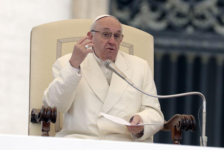 El papa critica a quienes hablan en misa