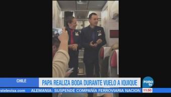 Papa Francisco casa a una pareja en pleno avión