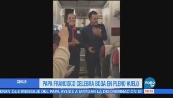Papa Francisco celebra boda en pleno vuelo
