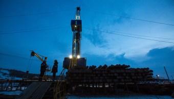 Precios del petróleo caen por señales de crecimiento del mercado