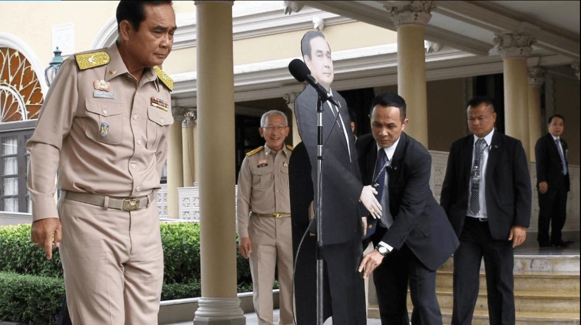 El primer ministro de Tailandia coloca una imagen suya