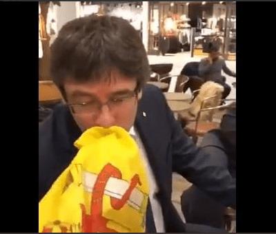 Joven español increpa a Puigdemont y le pide besar la bandera española