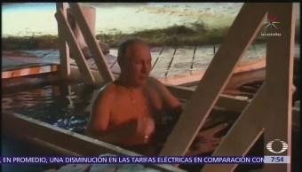 Putin se sumerge en aguas gélidas del lago Seliguer por festividad ortodoxa