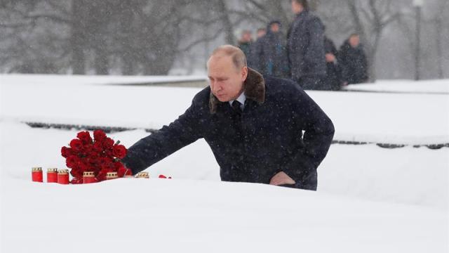 Putin visita tumba de su hermano en aniversario