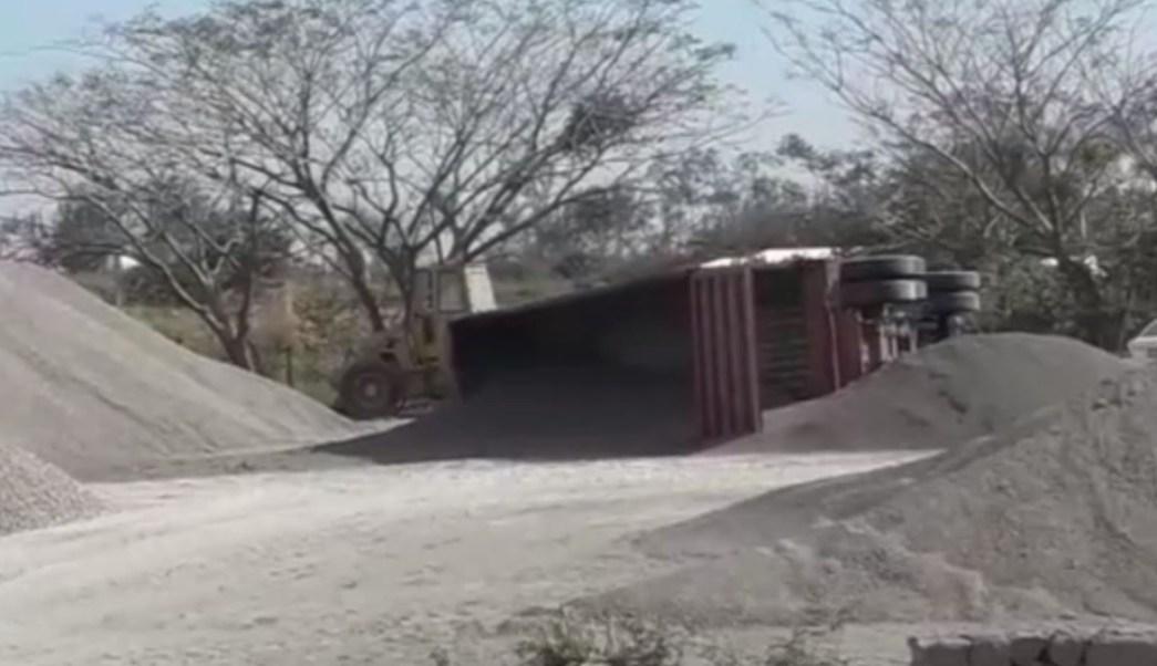 Rachas de viento vuelcan camión en Veracruz