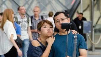 Turistas de todo el mundo invaden París con palos selfie