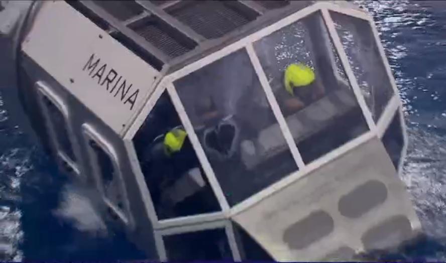 marinos entrenan con un simulador en amarizajes