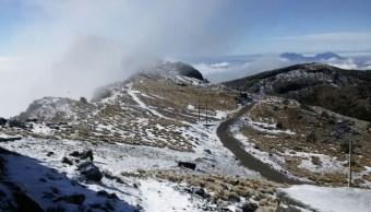 Visitantes disfrutan de la nevada en el Cofre de Perote
