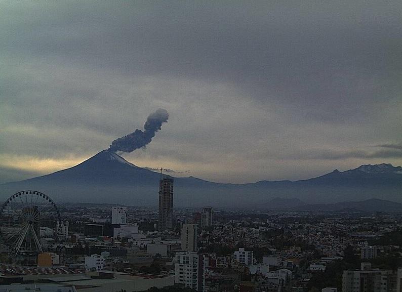 Volcán Popocatépetl registra explosión de dos mil metros altura