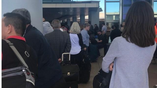 Desalojan T2 del Aeropuerto de San Diego por alerta de 'seguridad
