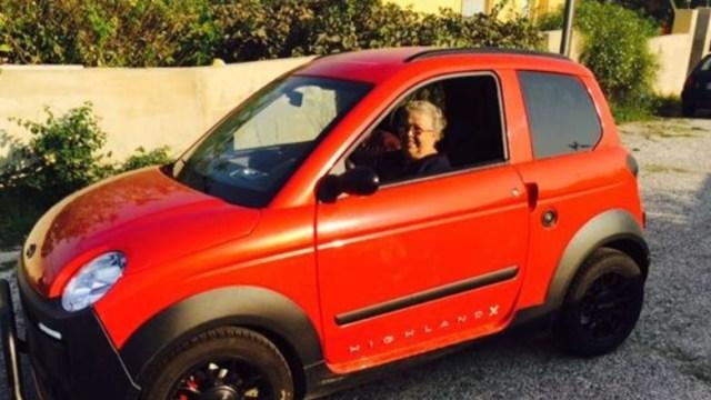 Cae a barranco mujer de 84 años al estrenar licencia de conducir