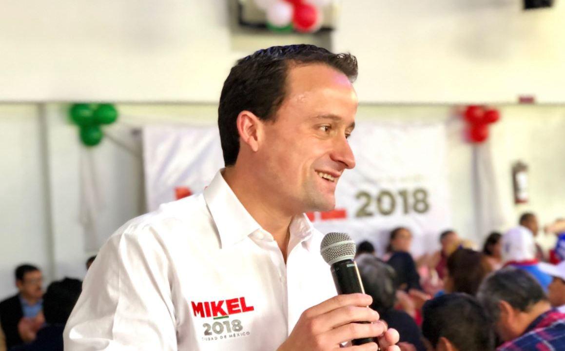 Mikel Arriola presenta denuncia ante la PGR contra Alejandra Barrales