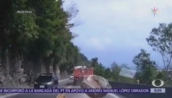 Automóvil se salva de roca gigante en Taiwán