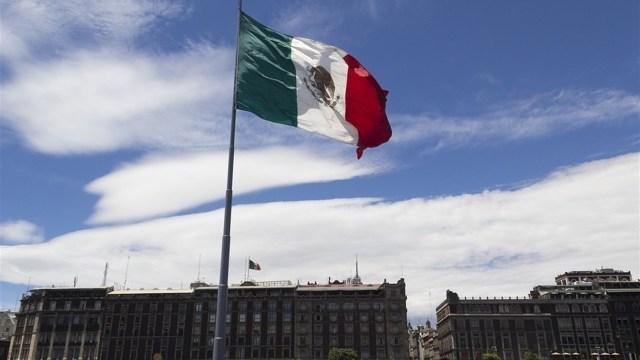 Bandera de México en el Zócalo de la CDMX