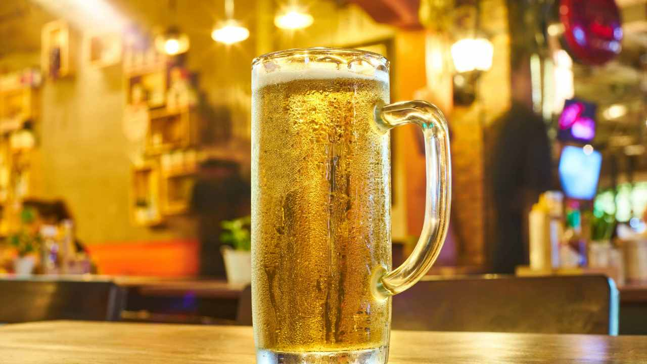 imagen-ilustrativa-tarro-cerveza-clara-helada-sobre-barra-de-bar