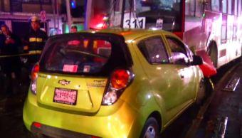 Choque entre metrobús y auto en Xola deja un muerto
