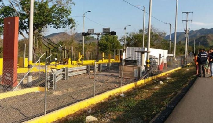 Dos muertos y peajes dinamitados en nuevos ataques del ELN en Colombia