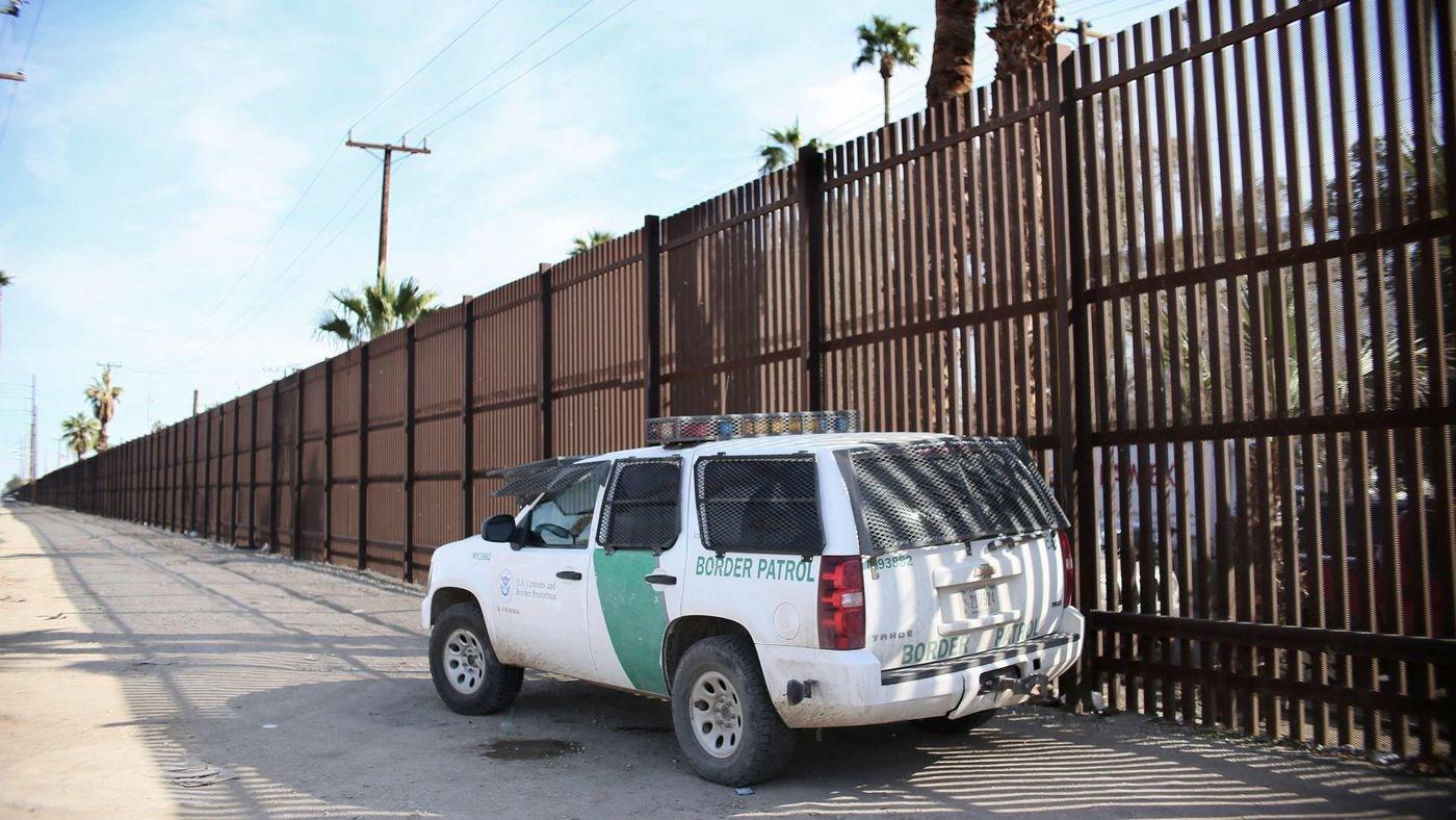Construyen muro en frontera de Estados Unidos y México