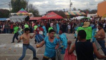 Comuneros de Alfajayucan, Hidalgo, resuelven diferencias a naranjazos