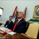 Donald Trump habla con reporteros en la Casa Blanca