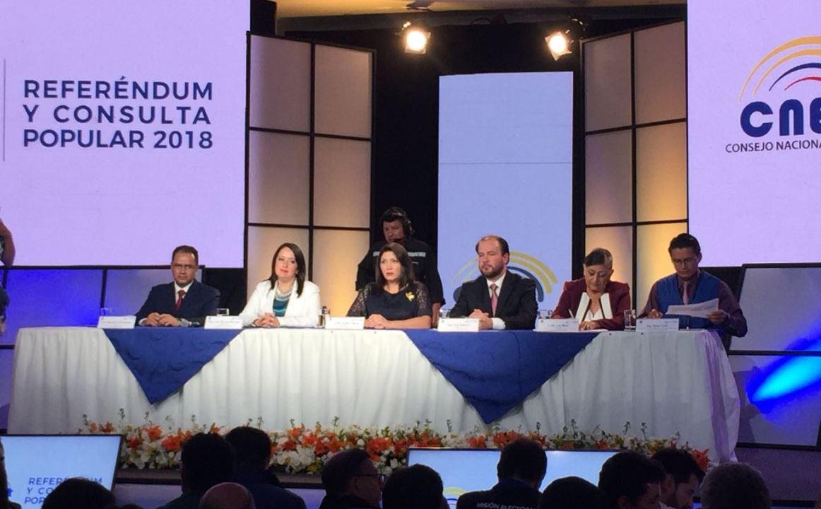 ecuatorianos votan reeleccion presidencial referendum consulta