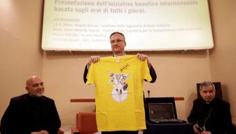 El Vaticano presenta camiseta con grafiti del papa Francisco