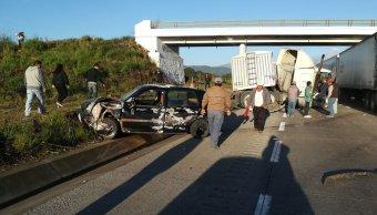 Hombre se salva de milagro tras accidente en autopista de Veracruz