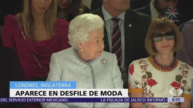 La reina Isabel II acude a un desfile de modas en Londres