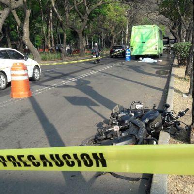 Muere motociclista atropellado por microbús en Miramontes, CDMX